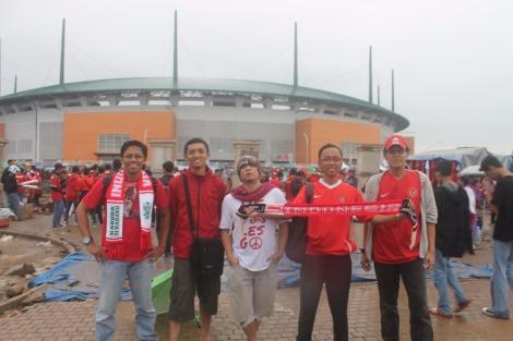 Di Depan Stadion Pakansari